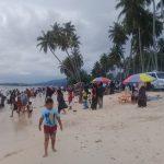 Wisata Bahari Pasir Putih Desa Padang Bakau Diserbu Pengunjung